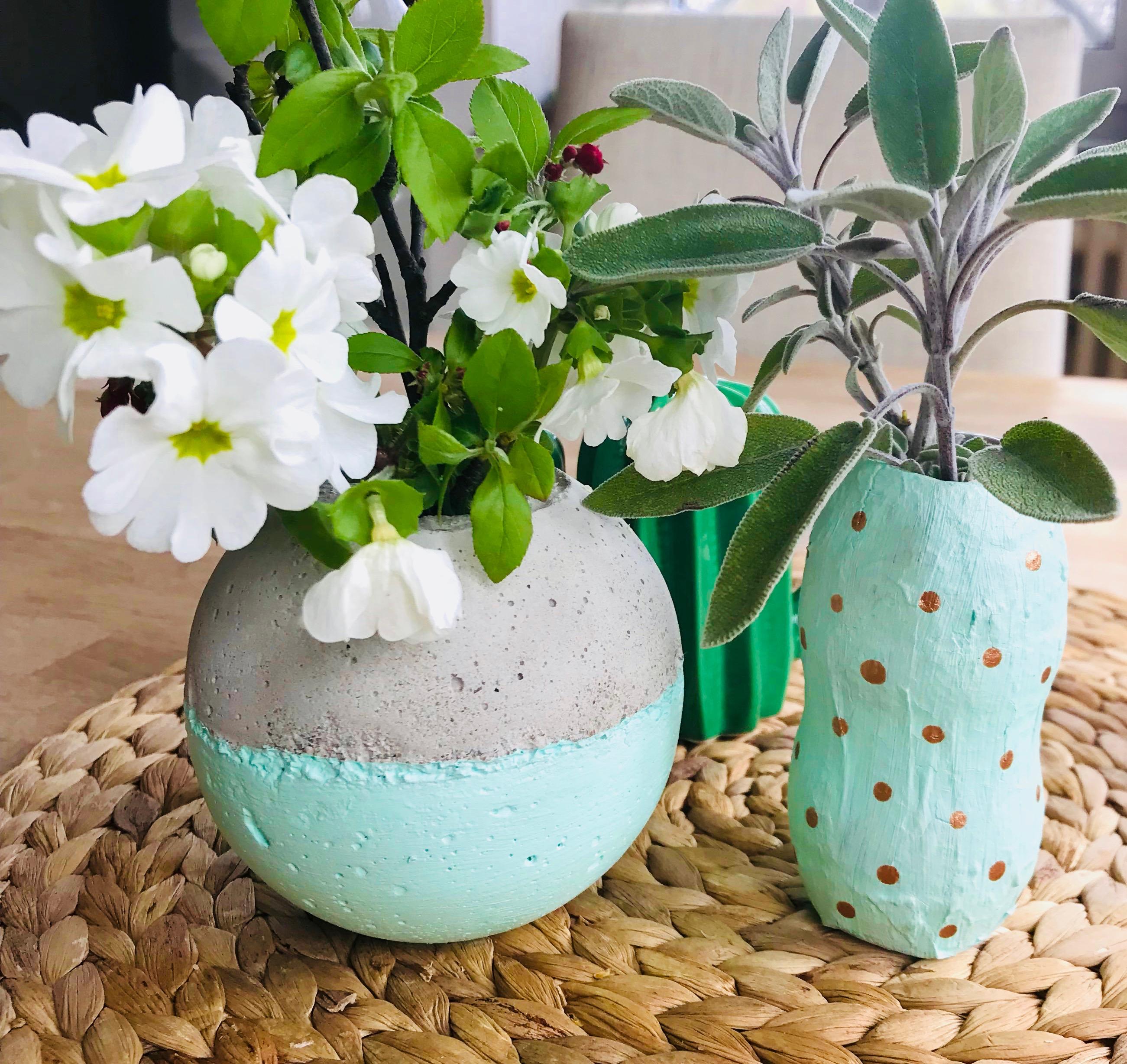 Vase selber machen, umweltfreundliche Blumenvase aus Plastikflasche basteln