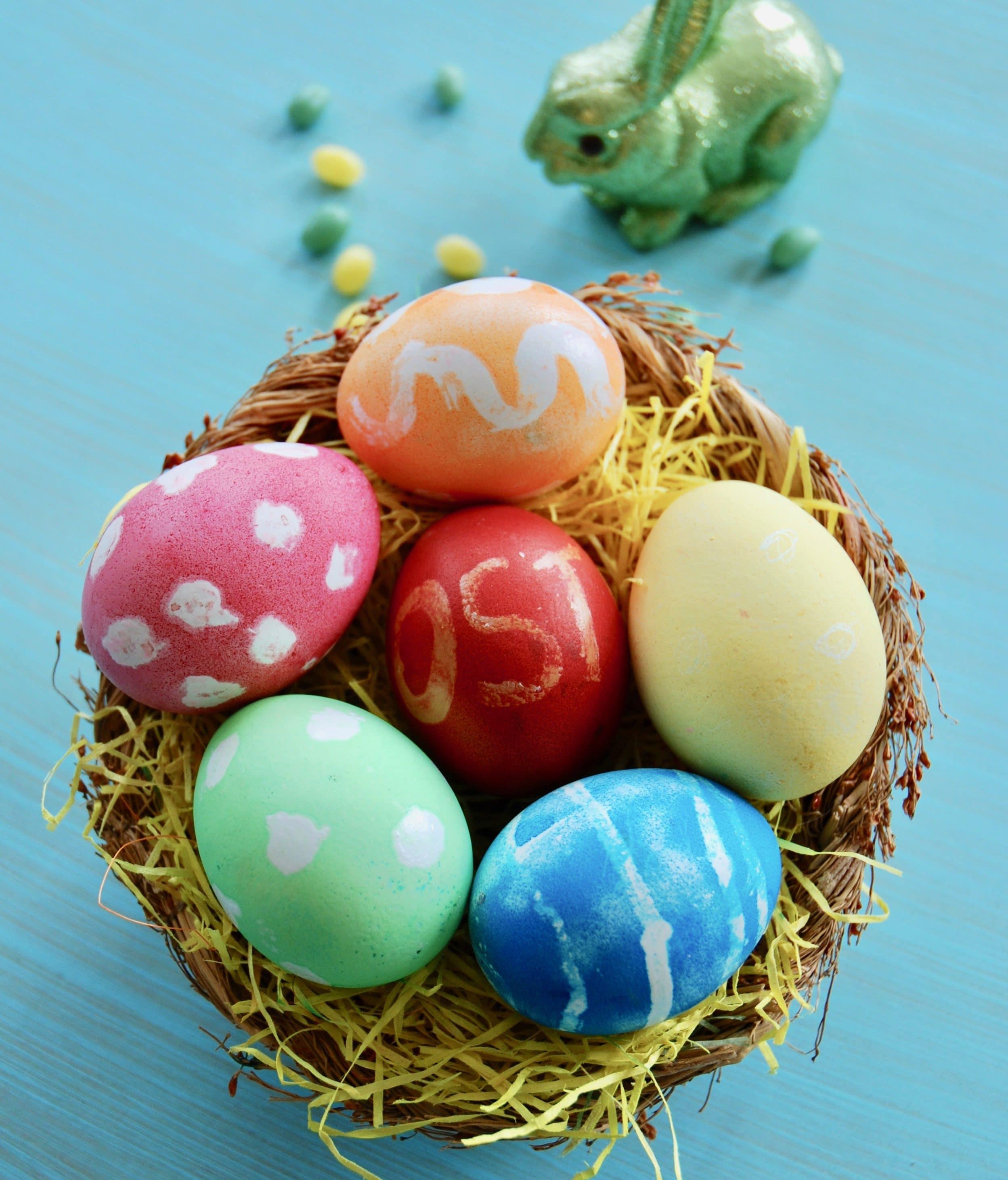 Ostereier mit Kindern färben - mit Kerzenwachs für eine Überraschung sorgen