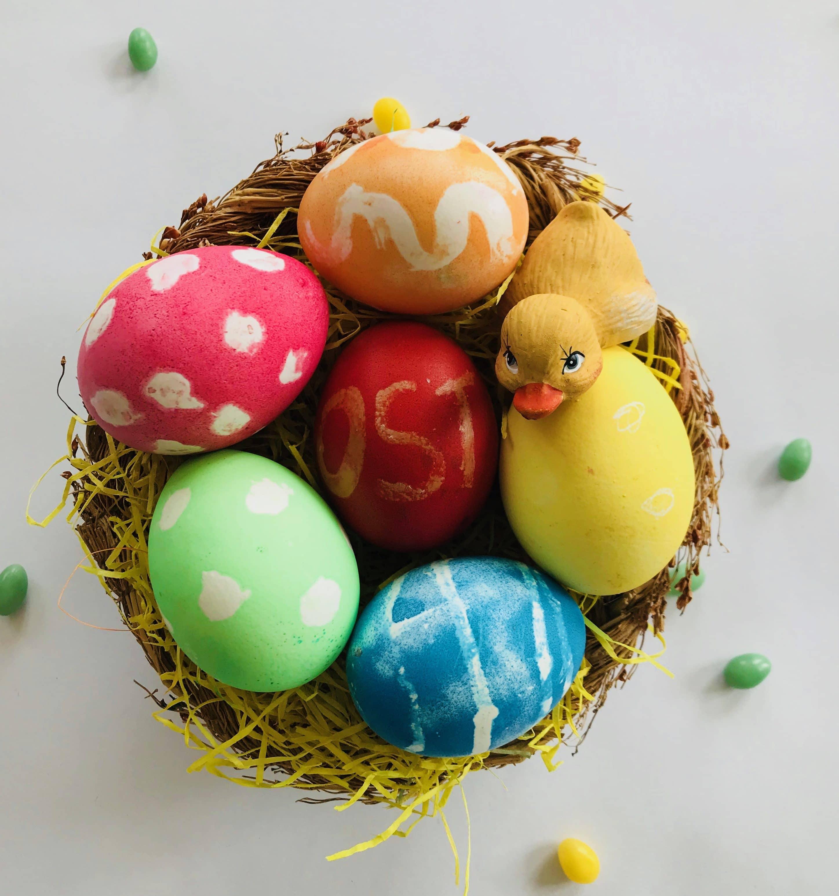 Ostereier mit Kindern färben - mit Kerzenwachs Motive aufmalen