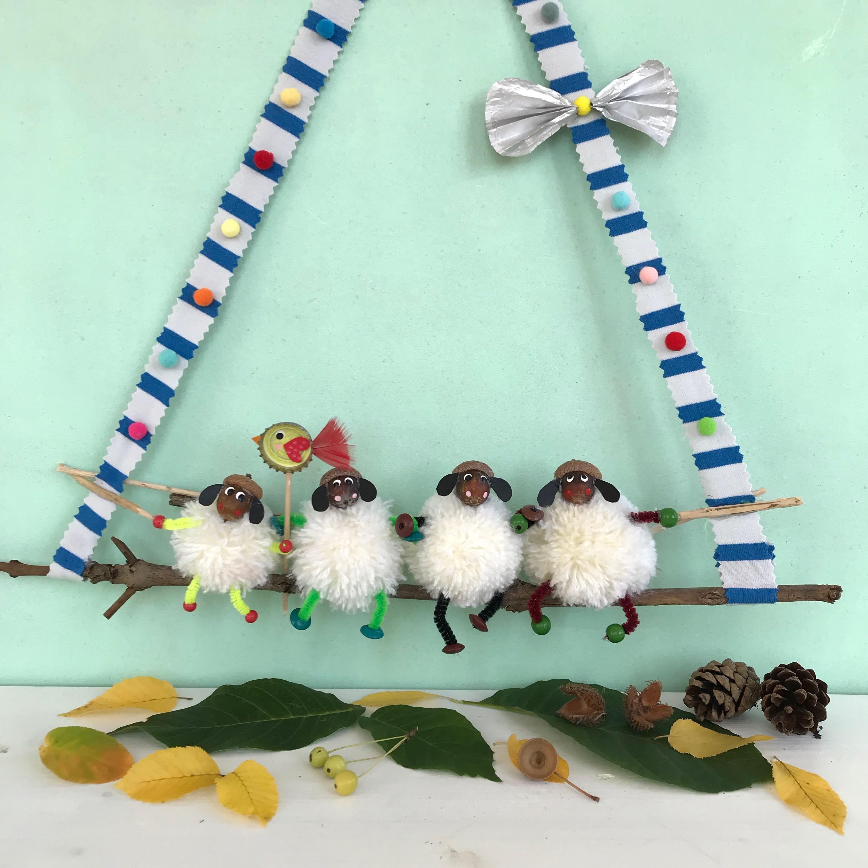 Herbstbasteln mit Kindern, Herbstdeko mit Schafen aus Pompons und Eicheln selber machen