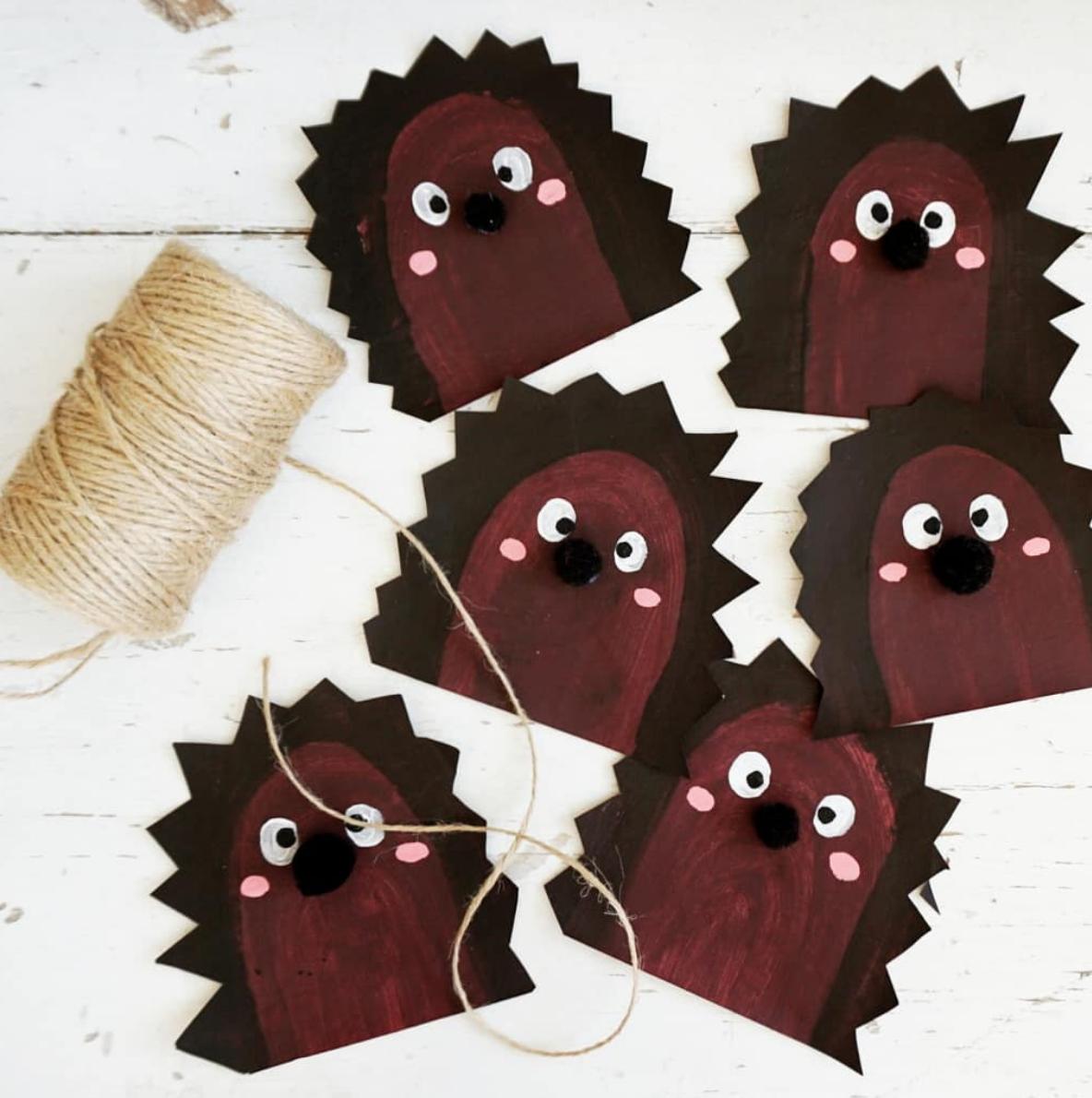 Herbstbastel mit Kindern, Igel Girlande aus Zeitungspapier, monstamoons