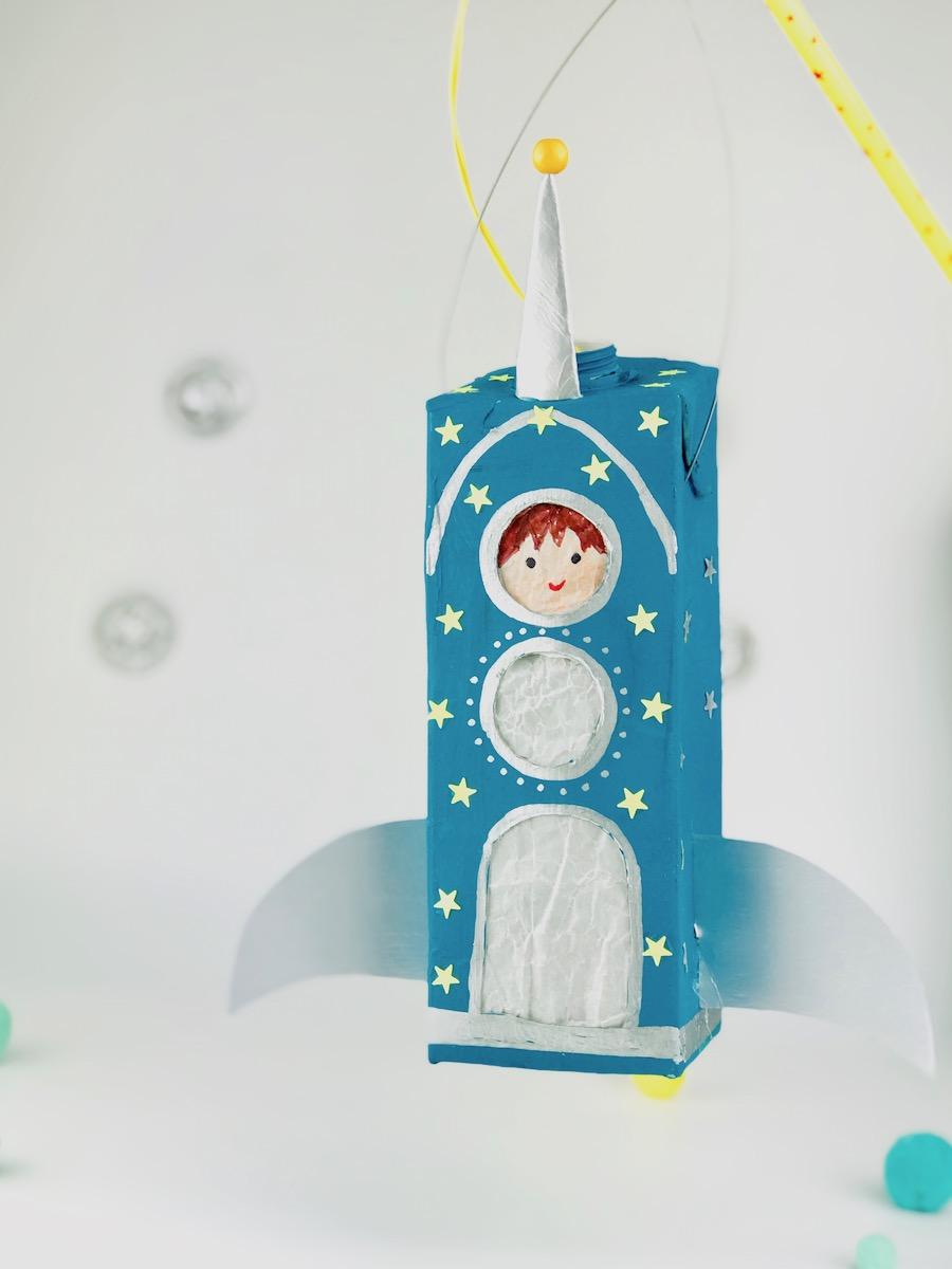 Raketen Laterne aus Milchkarton basteln, Recycling fuer Kinder